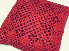 Almofadas são coringas na decoração de qualquer ambiente. Basta trocá-las para dar uma cara nova e trazer aquele ar aconchegante à sala de estar, sala de tv e quartos. Esta almofada feita artesanalmente de crochê na cor vermelho (frente) e tecido jeans (verso e forro da frente), tem um ar mais... Free Crochet Doily Patterns, Crochet Pillow Pattern, Crotchet Patterns, Crochet Cushions, Crochet Blocks, Crochet Tablecloth, Basic Crochet Stitches, Crochet Squares, Thread Crochet