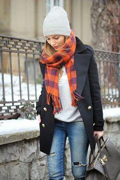 Schwarzer Mantel, Grauer bedruckter Pullover mit Rundhalsausschnitt, Blaue Enge Jeans mit Destroyed-Effekten, Schwarze Shopper Tasche aus Leder für Damen