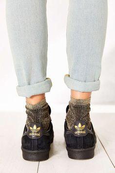 Ítem fashion da vez, as meias com brilhos têm ganhado cada vez mais adeptas, e eu, como amante de tudo que brilha, estou cogitando a hipótese de comprar um par para chamar de meu. De lurex ou…