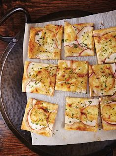 Tarte fine pomme-cheddar Recettes | Ricardo  Soyez généreux sur le fromage et la ciboulette, vous ne le regretterez pas! Assurez-vous aussi d'avoir une belle tranche de pomme sur chaque morceau!