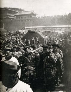 China Funeral procession of the Qing Dynasty Empress Dowager Cixi. Old Pictures, Old Photos, Vintage Photos, Last Emperor Of China, Empress Dowager Cixi, Boxer Rebellion, Oriental, Old Photography, Asian History