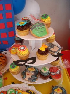 I'm not gonna lie, I may have to make this for my husbands next birthday. Superhero goodies!