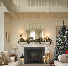 Shabby and Charme: Natale a casa di Mary Christmas Lounge, Christmas Living Rooms, Christmas Room, Christmas Fireplace, Christmas Mantels, Fireplace Surrounds, Fireplace Design, Shabby, Christmas Decorations For The Home