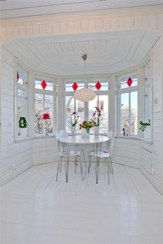 fantastiskt burspråk Windows And Doors, Dining Table, Nice, Inspiration, Furniture, Home Decor, Biblical Inspiration, Decoration Home, Room Decor
