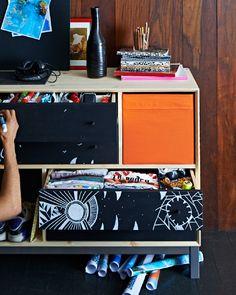 Nahaufnahme von NORNÄS Kommode, individuell mit weißem Marker gestaltet. Darin ein SKUBB Fach in Orange.