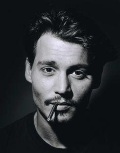 """Johnny Depp, contra el mundo!! Bueno, más bien contra los actores que se meten a músicos, o sea, contra gente como él. Johnny Depp ha dicho le """"enferman"""" los intérpretes que intentan rentabilizar coqueteando con la música. Algo, cuando menos, sorprendente ya que él mismo ha grabado y actuado con artistas como Marilyn Manson u Oasis. ¿Qué onda Johnny? http://los40.com/los40/2014/12/11/fotorrelato/1418309488_638499.html#1418309488_638499_1421935748"""