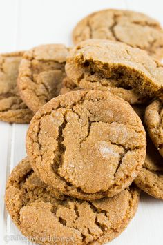 Soft and chewy ginger snap cookies infused with molasses, cinnamon, and cloves. from @jensbakeblog
