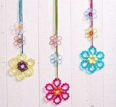 """Diese Blumen blühen für Sie das ganze Jahr. Die hübschen Blumendekoanhänger eignen sich als Fenter- oder Wanddeko. Die Blumen werden nach dem gleichen Muster wie die Blumen aus der Anleitung """"Windlicht Blume & Wiese"""" gefertigt. Diesaml..."""