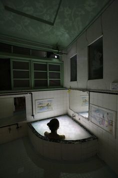 lace   2011 入浴剤を入れた浴槽にビデオプロジェクション、サイレント、「黄金町バザール2011」での展示 / Nobuhiro Shimura