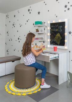 Mobiliario funcional, un accesorio donde tu hija podrá estudiar, organizar y maquillarse, todo en uno ¿ no te parece increíble? Encuentralo en KiKi Diseño y Decoración. Para mayor infrmación visita nuestra pagina. #KiKiDiseño #Diseño #Tendencia #Tocador #Escritorio My Room, Wood Furniture, Ideas Para, Office Decor, Room Decor, Desk, House Styles, Marti, Mirrored Vanity Table