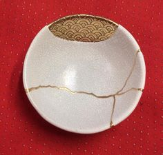 In the traditional japansese culture, when a ceramic object was broken, they repaired it with gold. Then the object acquired a new strength… Make Do And Mend, Art Japonais, Japanese Ceramics, Kintsugi, Pottery Studio, Wabi Sabi, Asian Art, Japanese Art, Ceramic Art