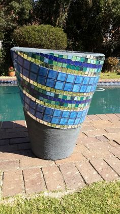 Mosaic pot for pool area. The pot doesn't have to be covered completely! Love the angled design. Mosaic Planters, Mosaic Garden Art, Mosaic Vase, Mosaic Flower Pots, Mosaic Diy, Mosaic Crafts, Mosaic Projects, Mosaic Tiles, Mosaic Stepping Stones