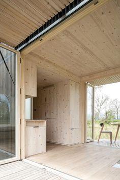 Trois étudiants en architecture ont réalisé un refuge dans la région de Bruges. L'idée était de créer un lieu hors du temps au sein d'un paysage éloigné de tout quotidien. La conception minimaliste du lieu est le reflet de la pensée de ces trois...
