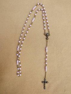 Terço confeccionado com mini pérolas lilás,contas tchecas lilás,banho em  ouro velho, entremeio taça 1º comunhão, crucifixo. 6473b08c00