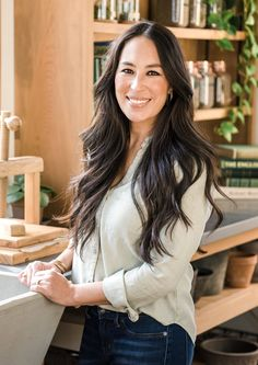 Joanna Gaines remodeled the conference room at her Magnolia Headquarters. Chip Und Joanna Gaines, Magnolia Joanna Gaines, Chip Gaines, Short Curly Hair, Curly Hair Styles, Chip And Jo, Magnolia Farms, Magnolia Market, Heath And Fitness