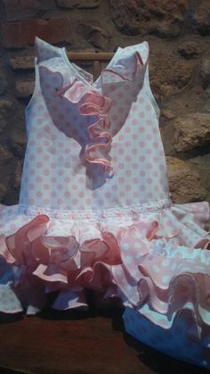 165b512eff Traje de flamemca para bebé con fondo blanco y lunares en rosa..los volantes  van combinados en distintos estampados de lunares y liso.