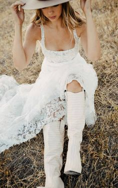 This lace wedding dress from Martina Liana is a dream come true! ☁️ Beautiful lace details and luxurious fabric. Repin This Look to your dream wedding dress board!💕// www.martinaliana.com Western Wedding Dresses, White Wedding Dresses, Boho Wedding Dress, Lace Wedding, Sparkle Wedding, Boho Bride, Wedding Dress Boutiques, Designer Wedding Dresses, London Bride