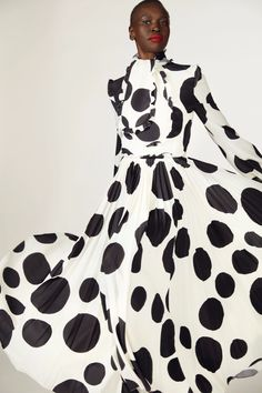 Fall 2021 Trend: Black & White [PHOTOS] – WWD New York Fashion, Daily Fashion, Fashion News, Fashion Show, Fashion Design, Fashion Trends, Fashion Fall, Carolina Herrera, Givenchy