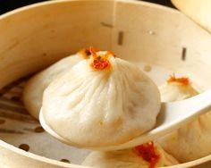 """肉汁がジュワ~ッと溢れ出す中華圏で食べられている点心の一種『小籠包』。中華料理専門店で食べるものというイメージが強いですが、実はおうちでも簡単に作れちゃうんです!ショウガをちょこんと乗せて、アツアツの小籠包を頬張れば身体もポカポカに♪ 今回は、そんな寒い冬にぴったりの小籠包の作り方をご紹介!皮から作り上げる本格レシピから、餃子やワンタンの皮を使ったお手軽レシピ、人気の焼き小籠包、デザート小籠包などのアレンジレシピや、美味しく味わうための自家製の""""たれ""""や薬味の""""酢生姜""""の作り方もご紹介します!"""