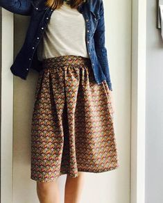 La jupe midi en coton façon wax ( tuto) Bobines et Chocolat New Fashion, Trendy Fashion, Spring Fashion, Girl Fashion, Fashion Outfits, Spring Dresses, Spring Outfits, Clubbing Outfits, Spring Couture