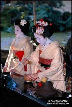 nihongogahanasenai:  Making tea! From: http://amolife.com/image/women/geisha-and-maiko-girls-of-japan-by-frantisek-staud.html