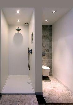 Zdecydowanie oddzielony prysznic od toalety. Rzadziej już spotyka się takie rozwiązanie w projektach nowoczesnych łazienek. Raczej łączy się różne sfery użyteczności, rezygnując ze ścianek kabin prysznicowych. Ewentualnie decydując się na przeszklenia. Tutaj (fot.) również obserwujemy charakter minimalistyczny z uwagi na niewielką przestrzeń, jaka była przedmiotem aranżacji. #toaleta #kabina #prysznicowa #wc #łazienka #nowoczesna ##oświetlenie ##łazienkowe