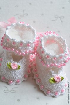 This Pin was discovered by Kar Crochet Sandals, Booties Crochet, Crochet Shoes, Love Crochet, Baby Booties, Crochet Baby Bibs, Crochet Baby Clothes, Crochet Yarn, Baby Knitting