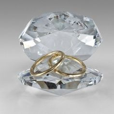 Crystal Shell With Gold Rings. Crystal Two Gold Rings in Shell is a wonderful crystal ornament suitable for all occasions including - Birthday Gifts, Christmas, Mother and Fathers Day, Weddings, Engagement, Anniversaries, Christenings and General Keepsakes.