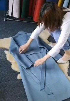 How do you fold a winter coat? Amazing Life Hacks, Simple Life Hacks, Useful Life Hacks, Diy Clothes Life Hacks, Clothing Hacks, Diy Fashion Hacks, Fashion Tips, Diy Storage Boxes, Everyday Hacks