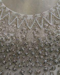 Tulle de soie brodé de fil d'argent, sequins, perles de verre