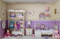 Patricia Cruzat Artesania y Color:  Dormitorio de niña en un cuadro.con miniaturas para María.  Hecho por encargo.