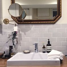 洗面所&脱衣所に注目!気になる水周りインテリアと収納術を大公開 ... グレイッシュなタイルでクラシカルに