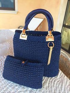 Discover thousands of images about Cesta o Bolso a Crochet FETTUCCIA paso a paso Crotchet Bags, Knitted Bags, Crochet Handbags, Crochet Purses, Diy Crochet, Crochet Crafts, Diy Sac, Beautiful Handbags, T Shirt Yarn