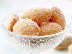 Lusikkaleivät ovat pikkuleipien aatelia. Niitä leivotaan ympäri vuoden erilaisiin juhliin: itsenäisyyspäivän vastaanotolle, joulukahvipöytään, pääsiäisen kunniaksi. Niiden hienostuneen maun salaisuus piilee voissa, joka ensin sulatetaan ja jonka annetaan sitten hiljaa poreillen kiehua aromikkaaksi ja väriltään aavistuksen punertavaksi. Sweet Cookies, Sweet Treats, Finnish Recipes, Scandinavian Food, Low Carb Diet, Cookie Bars, No Bake Desserts, No Bake Cake, Great Recipes