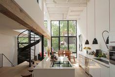 cuisine ouverte, esaclier colimaçon et portes de style verrière