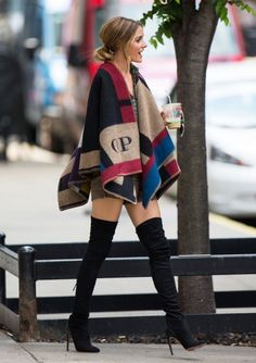 Olivia Palermo wearing her Burberry Poncho. Burberry personalized poncho is an object of desire that every it girl wants. Trend Fashion, Nyc Fashion, Look Fashion, Womens Fashion, Fall Fashion, Fashion Details, Fashion Tips, Poncho Style, Poncho Cape