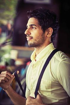 Bollywood actor Sidharth Malhotra Smart Look Image Indian Celebrities, Bollywood Celebrities, Bollywood Actress, Bollywood Fashion, Celebrity Faces, Celebrity Crush, Upcoming Movie Trailers, Casual Fashion Trends, Bollywood Pictures