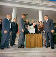 1963. 19 Novembre. President John F. Kennedy received a Thanksgiving Turkey from members of the Poultry and Egg National Board. Although this was before the formal tradition of pardoning a White House turkey each Thanksgiving, President Kennedy spontaneously spared this turkey