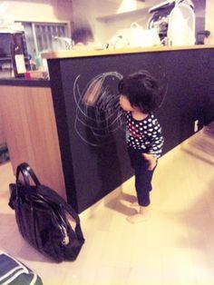 黒板解禁!リフォームでキッチンの裏のカウンターの下は黒板塗装にし...