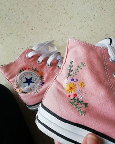 Hand Embroidery Art, Embroidery On Clothes, Simple Embroidery, Embroidery Patterns, Embroidery Sneakers, Diy Vetement, Aesthetic Shoes, Shoe Art, Diy Clothes