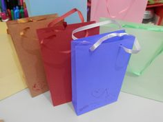 Como fazer uma sacolinha de papel fácil e rápido. Fiz com sulfite mas poder ser feito com qualquer papel e de qualquer tamanho. Visite alinnemarques.com.br I...