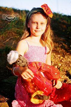 Lalka rzeźbiona w wełnie merynoskiej + opaska z kwiatem filcowanym na mokro.