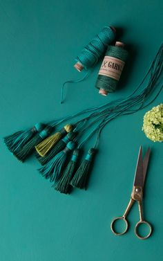 Grüne Garnquasten / DIY tutorial for greenery yarn tassels made from linen twine hunter-green, pistachio and emerald green Pom Pom Crafts, Yarn Crafts, Diy Collier, Diy Tassel, Tassles Diy, Glands, Bakers Twine, Thanksgiving Crafts, Hunter Green