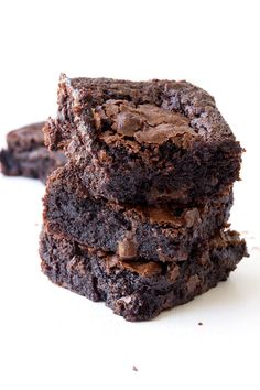 These extra fudgy Gluten Free Brownies are AMAZING. Filled with cocoa powder and chocolate chips, these brownies boast crispy, chewy edges and a super fudgy chocolate centre. Gluten Free Chocolate, Chocolate Recipes, Chocolate Brownies, Chocolate Chips, Easy Brownies, Chocolate Treats, Gluten Free Baking, Brownie Recipes, Sweet Recipes