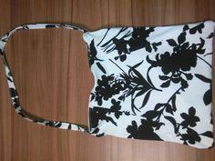 Černobílá dlouhá kabelka přes rameno