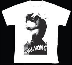 """King Kong R$ 35,00 + frete Todas as cores Personalizamos e estampamos a sua ideia: imagem, frase ou logo preferido. Arte final. Telas sob encomenda. Estampas de/em camisas masculinas e femininas (e outros materiais). Fornecemos as camisas ou estampamos a sua própria. Envie a sua ideia ou escolha uma das """"nossas"""".... Blog: http://knupsilk.blogspot.com.br/ Pagina facebook: https://www.facebook.com/pages/KnupSilk-EstampariaSerigrafia/827832813899935?pnref=lhc https://twitter.com/KnupSilk"""