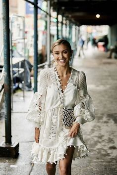 Attendees at New York Fashion Week Spring 2019 - Street Fashion Source by jenniferhenrynovich outfits Trend Fashion, Boho Fashion, Spring Fashion, Fashion Outfits, Womens Fashion, Fashion Design, Cheap Fashion, Ladies Fashion, Feminine Fashion