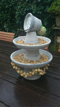 Ik heb net mijn vogelvoer weer opgehangen. Niet zo fancy als deze vogelvoer etagere - erg leuk idee!
