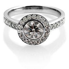 Anillo-solitario-de-oro-blanco-con-un-diamante-corte-brillante-central,-diamantes-corte-brillante-laterales