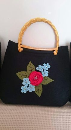 Felt Crafts, Diy And Crafts, Hessian Bags, Love Frames, Frame Purse, Felt Purse, Embroidered Bag, Patchwork Bags, Fabric Bags